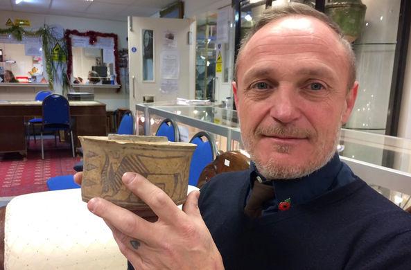 Англичанин случайно купил 4000-летнюю чашу на блошином рынке
