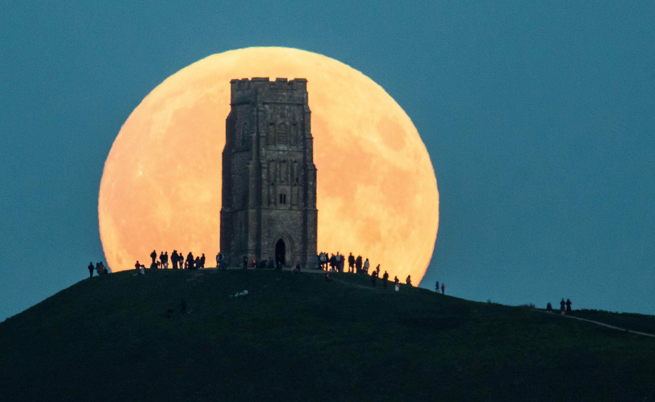 клёвое фото гигантской луны желаю море