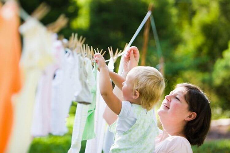 Женщина рассказала, как почистить грязную детскую одежду без пятновыводителей. Хочу проверить способ на себе