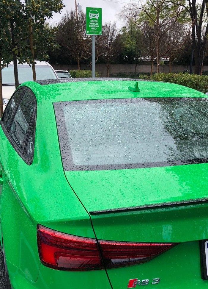 Парковка только для «зелёных» машин.