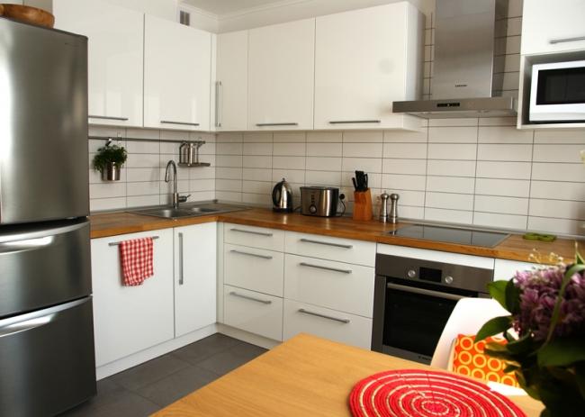 Белая кухня с гостиной в скандинавском стиле