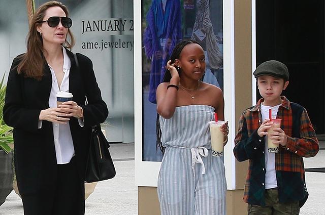 Вместо ковровой дорожки: Анджелина Джоли на шопинге с детьми