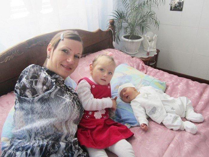 35-летняя женщина, одна и без рук воспитывает двух детей