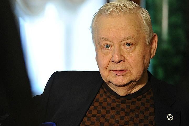 Поклонники Олега Табакова несут цветы к МХТ имени Чехова в память об артисте