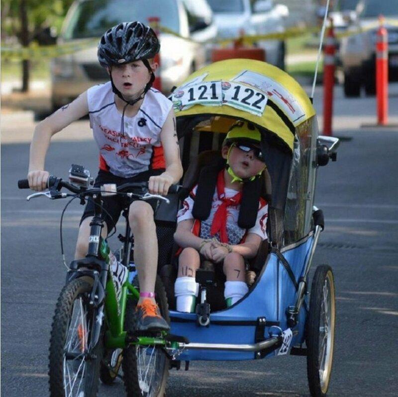 В соревнованиях по триатлону участвует 12-летний Ной и его брат Лукас в инвалидной коляске добро, доброта, животные, люди, поступок, спасение, человечность