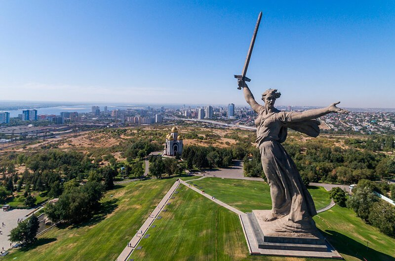 Мамаев курган со статуей «Родина-мать зовет» в Волгограде. Это самая высокая статуя в России, 85 м. На момент строительства, в 1967 году, была самым высоким изваянием в мире в мире, высота, красота, люди, памятник, подборка, статуя, факты