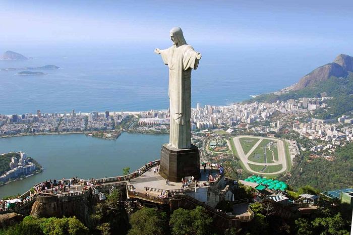 Вид с высоты птичьего полета на статую Христа-Искупителя в Рио-де-Жанейро.