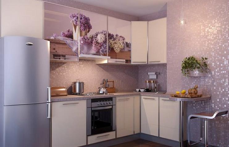 Бело-сиреневая угловая кухня с фотопечатью
