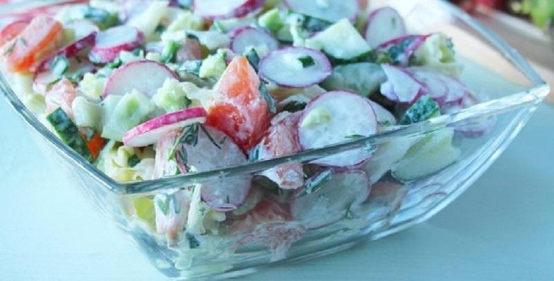 Овощной салат с редиской и капустой: встречаем первые весенние дни