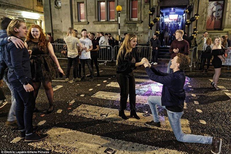 А этот парень выбрал правильный момент, чтобы сделать предложение своей девушке. Суонси великобритания, новый год, погуляли, тусовщики, фоторепортаж, хогманей, шотландия