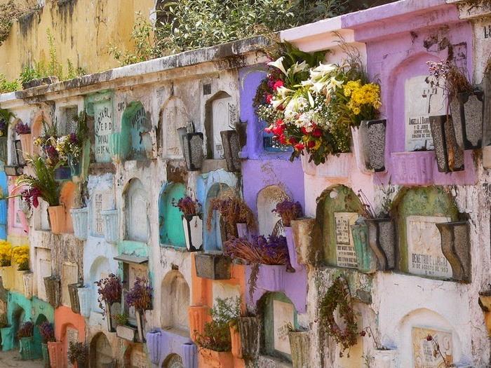 Красочные могилы на кладбище в Гватемале