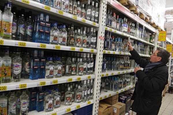 """""""Трезвость - норма жизни. Остаться трезвым и выжить"""": Продажи водки в России рухнули"""