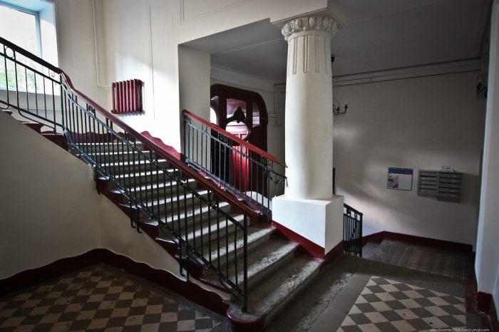 Почему лестницы в советских подъездах возводились против часовой стрелки