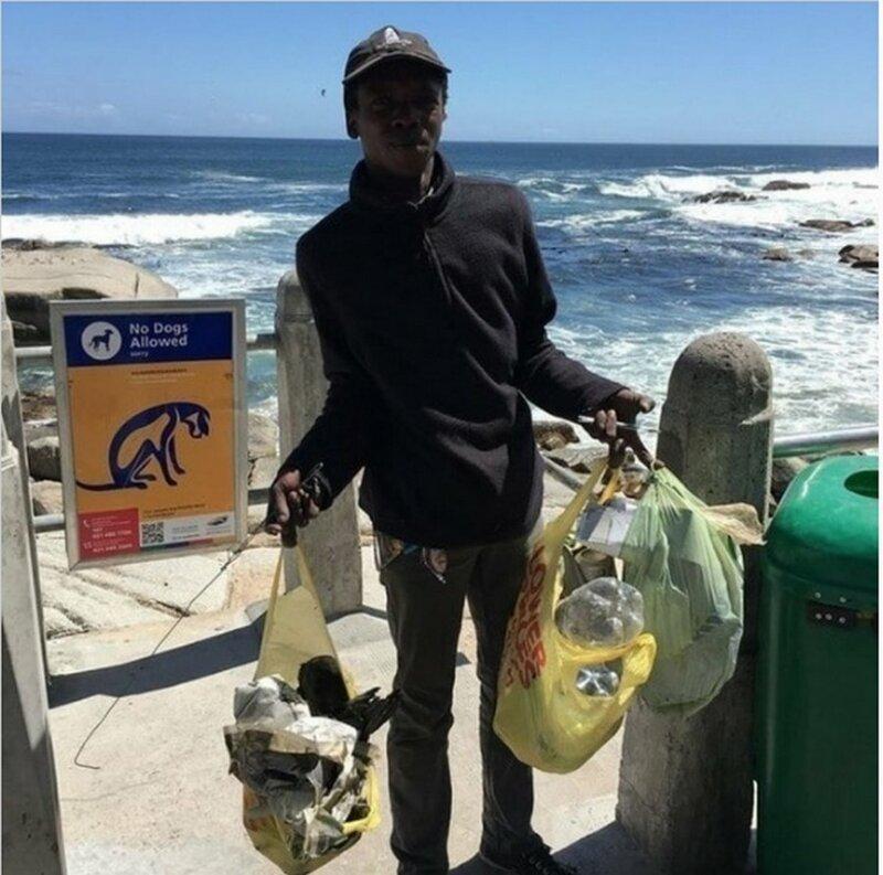 Бездомный убирает мусор на пляже совершенно бесплатно добро, доброта, животные, люди, поступок, спасение, человечность
