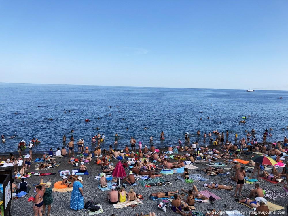 Ну совсем нет людей на пляже в Ялте :)