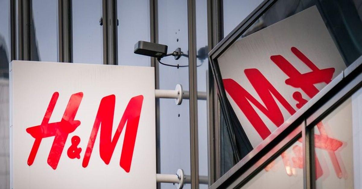H&M снова в центре скандала из-за рисунка на детских носках