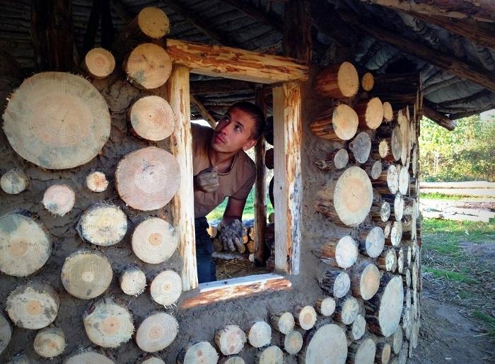 Парнишка из Беларуси построил дом из глины и песка, в котором собирается зимовать