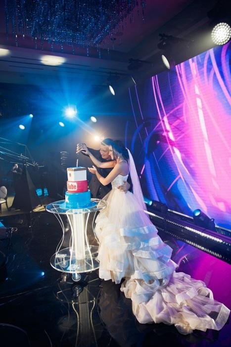 Любовь Сидоркина с Игорем Оськиным режут свадебный торт. / Фото: lady-4-lady.ru