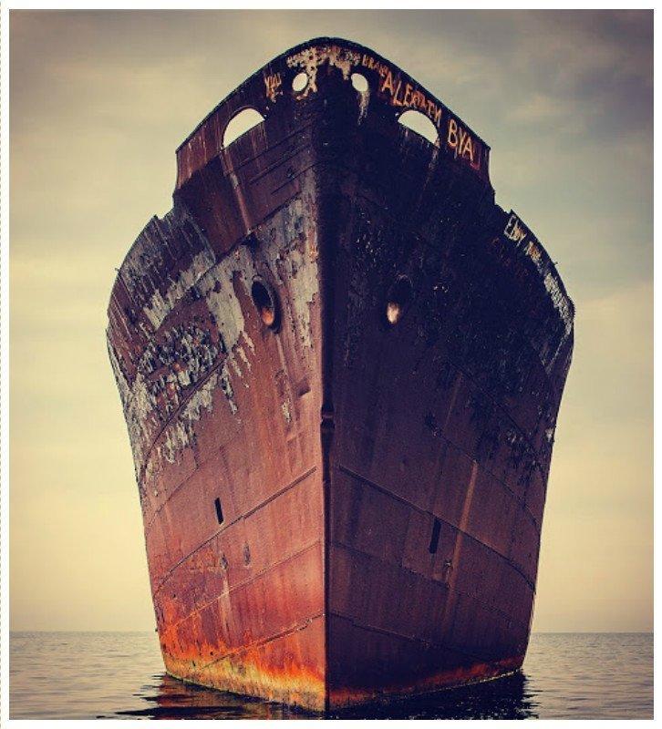 Evangelia было торговым судном, построенным на той же судоверфи, где был построен Титаник, и спущенный на воду 28 мая 1942 года с именем «Империя силы». «Saxon Star», «Redbrook» и наконец в «Evangelia». выброшенные, жизнь, катастрофа, корабли, красота, невероятное