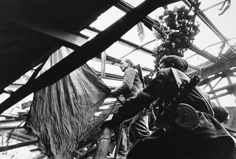 Михаил Егоров и Мелитон Кантария выходят со знаменем на крышу Рейхстага