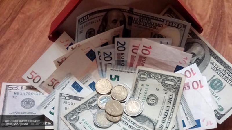 Открытие торгов на Московской бирже отметилось падением рубля к доллару и евро