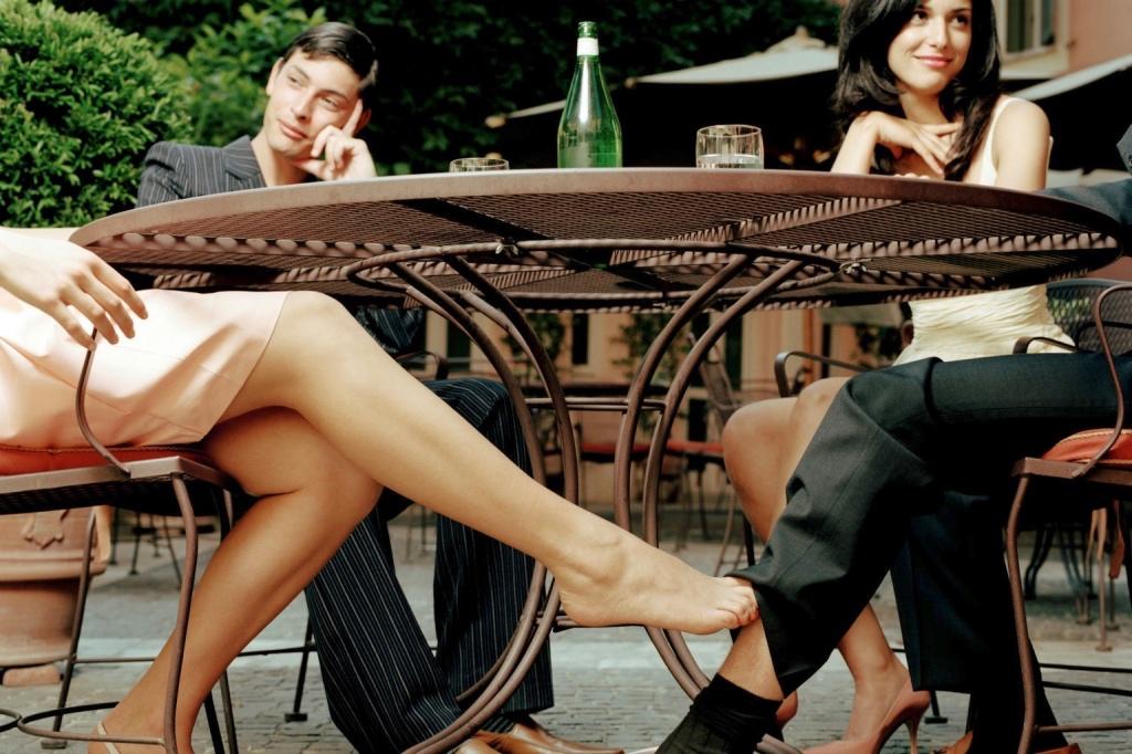 ноги женщины под столом вида