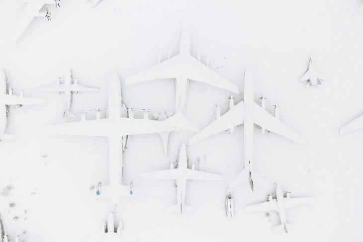 Спящие в снегу: самолеты из музея авиации в Монино...
