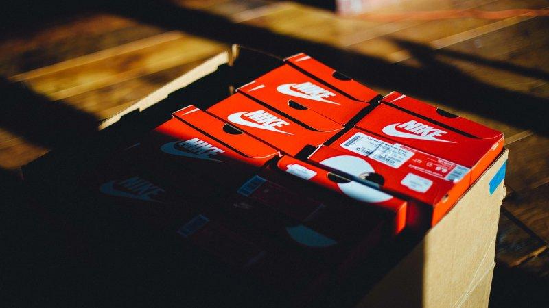 С приветом от Марти Макфлая: Nike выпустила кроссовки с автоматической шнуровкой