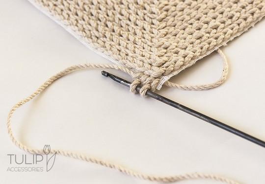 Мастерица вяжет крючком по канве — посмотрите какая красота у нее получается…