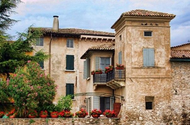 Старинный итальянский городок Сирмионе на озере Гарда
