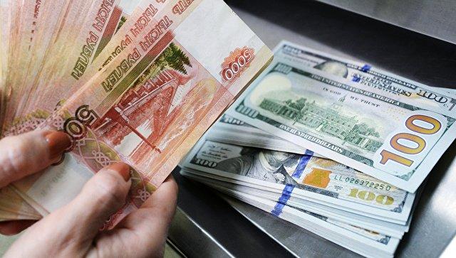 Большинство россиян ждут роста курса доллара в ближайшие месяцы