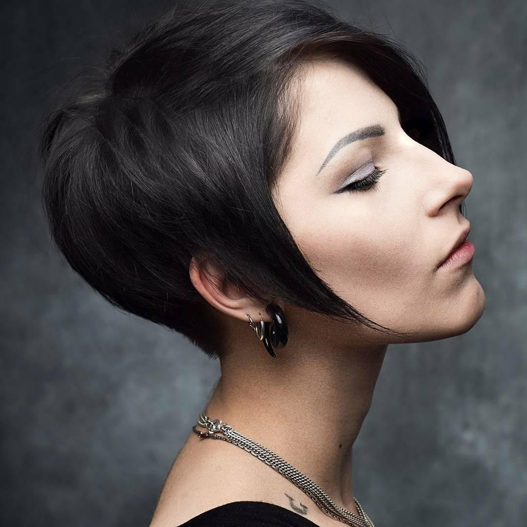 Популярность вновь вернулась к нашим старым знакомым: пока волосы распущены, выбритый узор на затылке совершенно не заметен.