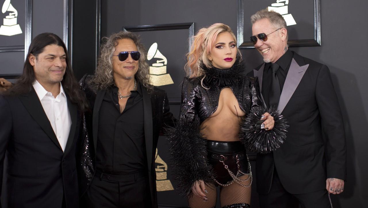Пошла вразнос! Леди Гага оголила грудь и спела с Metallica на «Грэмми-2017»