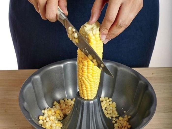 Быстрый способ почистить кукурузу.  Фото: ulposter.ru.