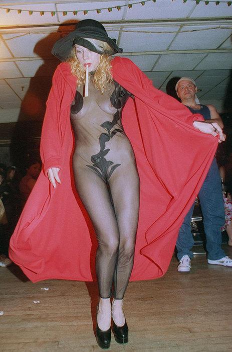 Грудь наперевес и ультрамини: 11 чересчур «горячих» образов Елены Кондулайнен