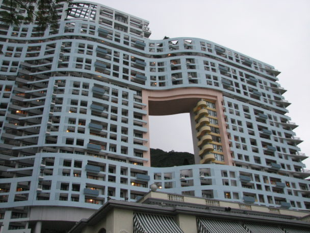 Зачем в небоскрёбах Гонконга есть большие квадратные отверстия? заграница,страны,туризм