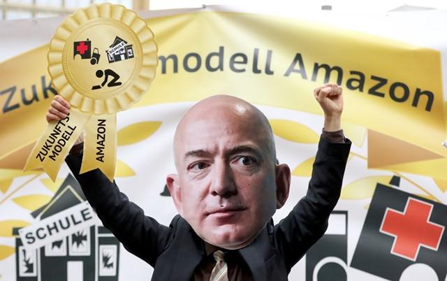 Главу Amazon встретили протестами в Германии