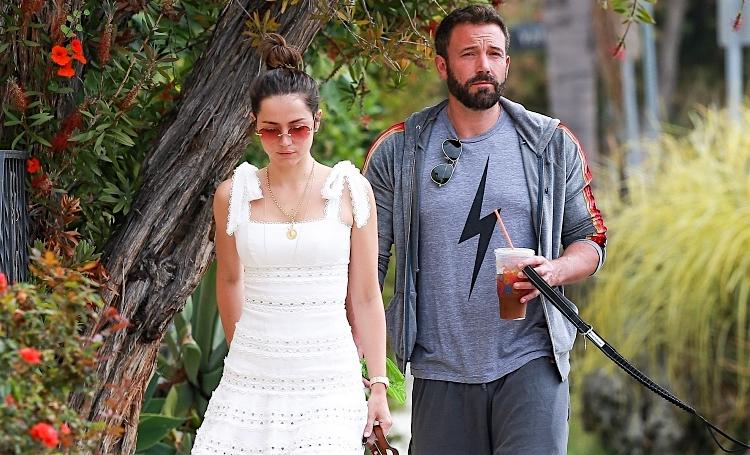 "Солнце, объятия и ""новая"" борода: Бен Аффлек и Анна де Армас снова гуляют по Лос-Анджелесу"