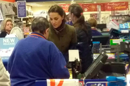 Кейт Мидлтон покупает подарк…