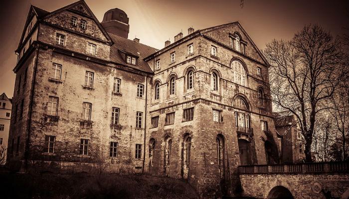 Люди тайно жили в чужих домах, пока их случайно не заметили. Некоторые прятались по несколько лет