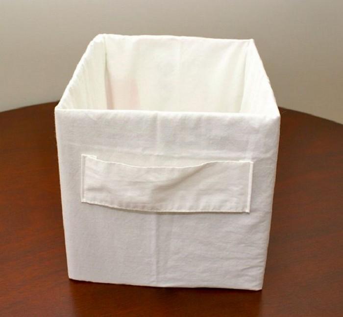 Ящик для хранения из картонной коробки и наволочки.