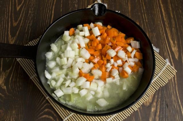 Добавляем бульон и нарезанные морковь и сельдерей