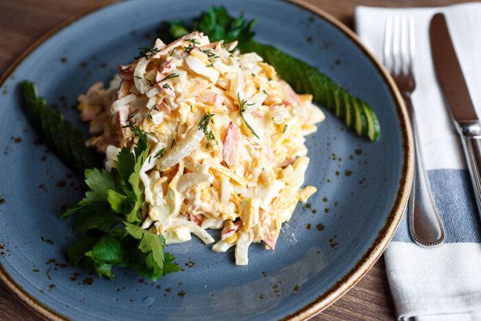 Салат из кальмаров и крабовых палочек