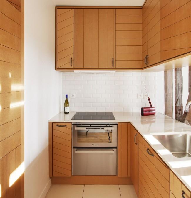 Г образная кухня с необычными фасадами шкафчиков