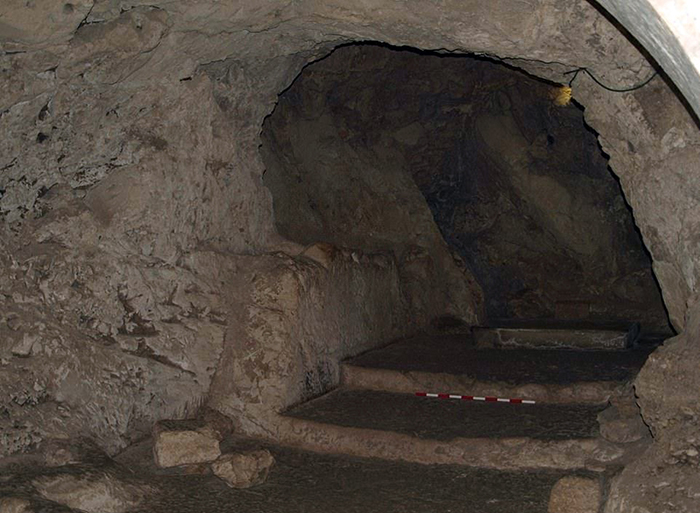 Возможно, в 4 веке, на холме была построена пещерная церковь.
