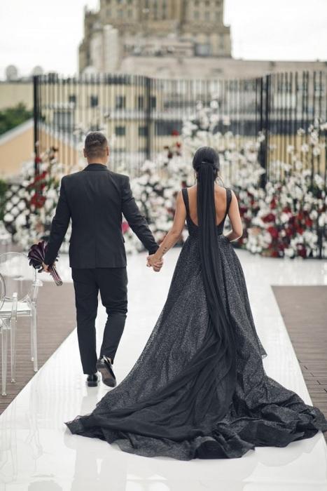 Любовь Сидоркина в черном свадебном платье. / Фото: nevesta.moscow