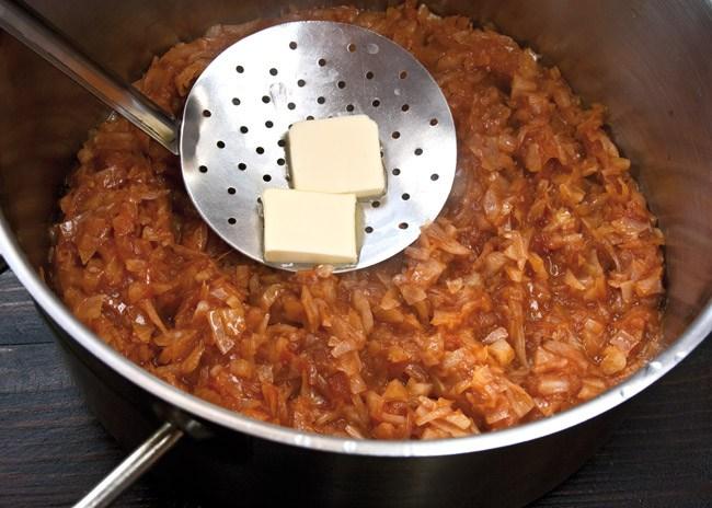 добавление сливочного масла к капусте для свиных ножек на тушеной капусте
