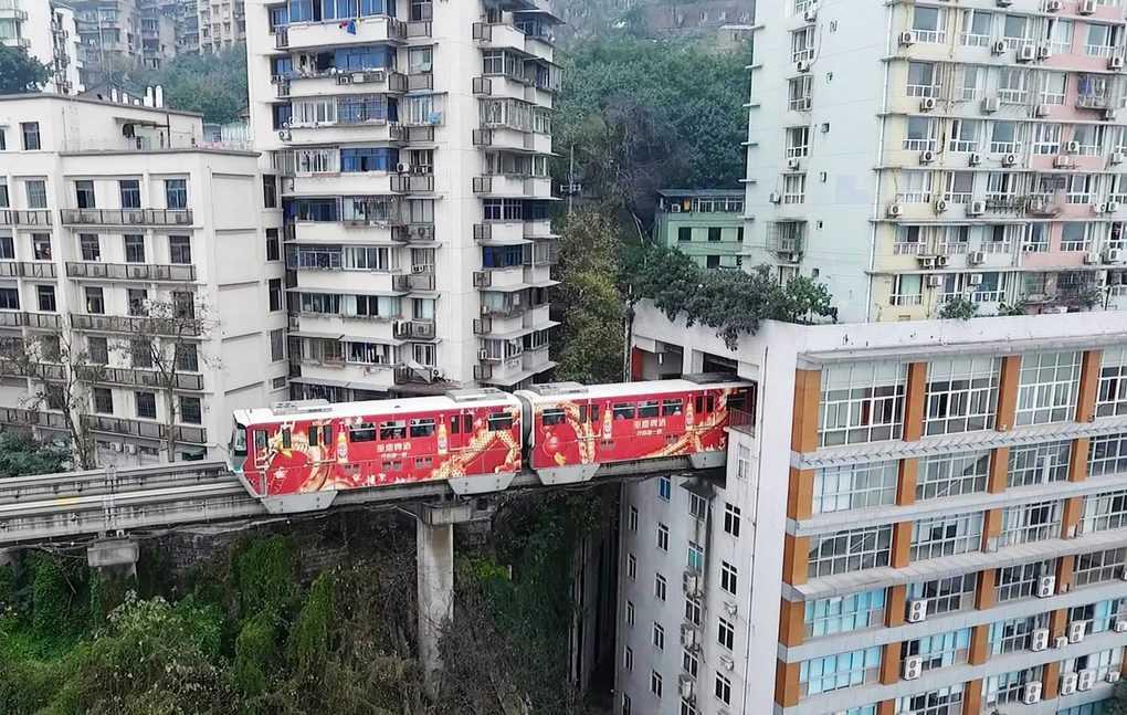 Image result for поезд через жилой дом