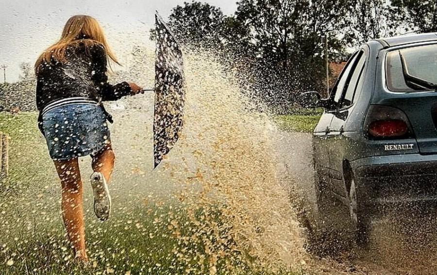 Машина обрызгала девушку. Девушка отомстила!