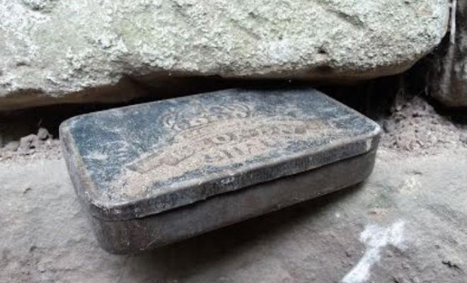 Коробку спрятали между камнями полвека назад: черные копатели заметили в стене металлический ящик